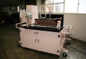 穴開け加工機:鋳物製品にガス抜き用の穴を同時加工する装置です。